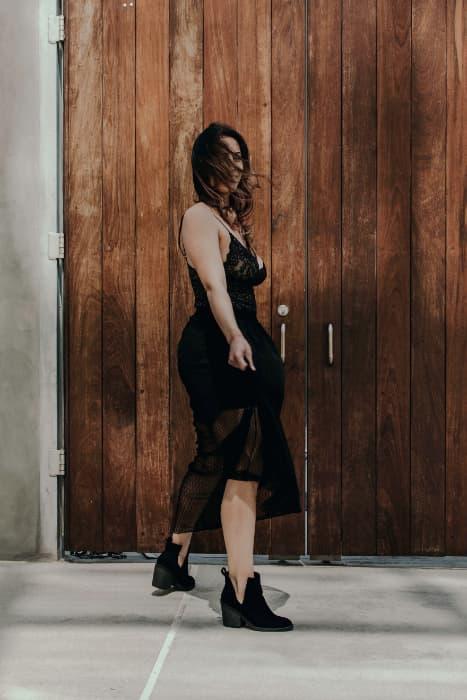 Chica en vestido negro